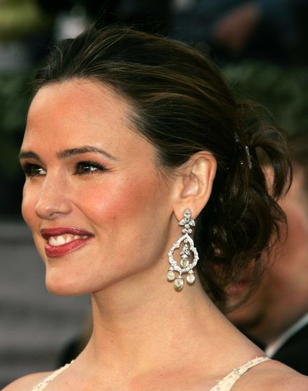 Jennifer Garner at the 2006 Oscars ceremony, wearing $250,000 diamond earrings سے طرف کی Fred Leighton