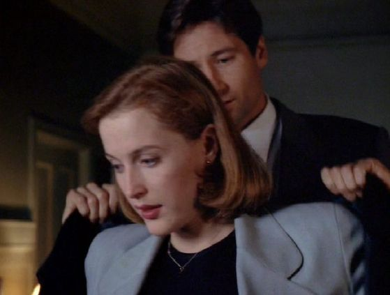 Season Three Revelations # ~ Mulder Puts Scullys casaco On Her