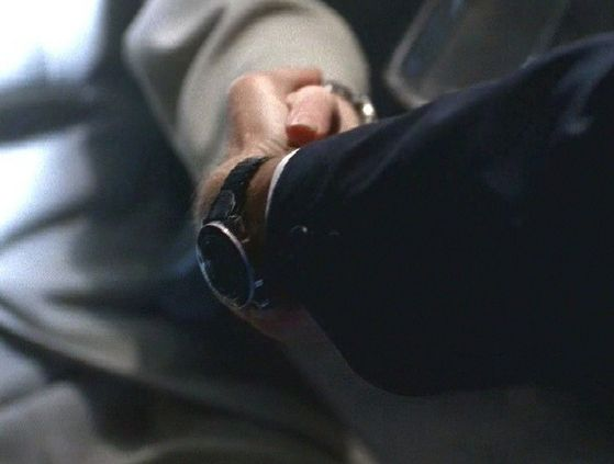 Season Four Un Ruhe # ~ Mulder Saved Scully , And He Grabs Her Hand