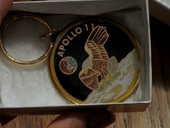 Season Four Tempus Fugit # ~ Mulder Gives Scully Her B-Day Gift (Apollo 11 keyring)