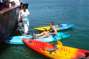 Kayaking in Halong baai, bay Vietnam