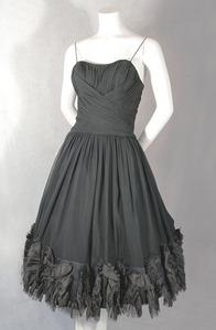 The dress Bella wore under the Volturi jubah, berjubah
