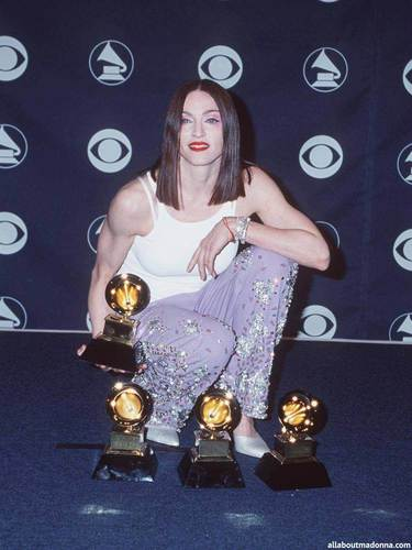 麦当娜 posing in the press room with 4 awards at the Grammy Awards (February 24 1999)