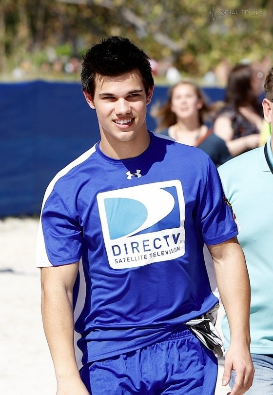 Taylor Lautner At The Direct TV Celebrity beach, pwani Bowl