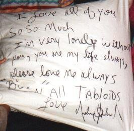 AWWW THIS WAS AT BERLIN :) MICHAEL THREW DOWN THIS kissen TO HIS Fans FROM A HOTEL <3 Liebe Du XXXXX