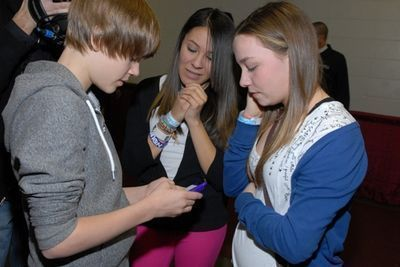 Justins signing autographs