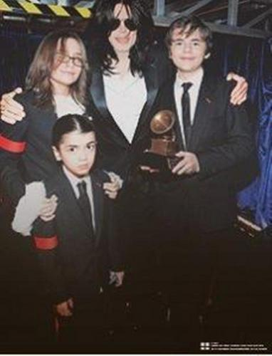 MJ with kids at the grammys 2010.It's true? o.o
