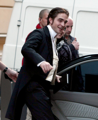 HQ pic of Rob on the set of Bel Ami yesterday