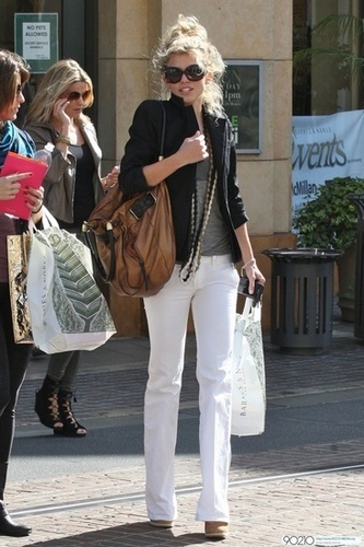 AnnaLynne McCord and her sister Rachel McCord go shopping together