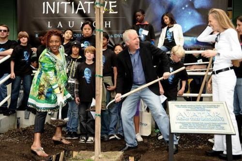"avatar Cast planting first árbol in ""Home Tree"" initiative (04.22.10)"