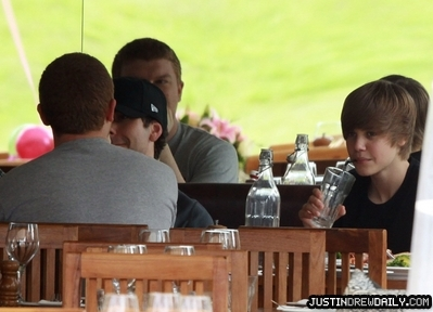 Candids > 2010 > Out for Lunch in Sydney (April 24th)