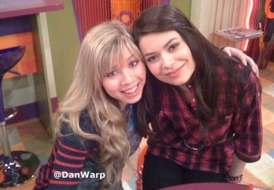 On the icarly set (Miranda & Jennette)