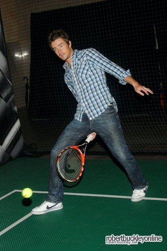 Robert Buckley playing 网球