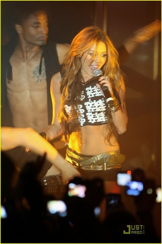 Miley Perfoming in Paris