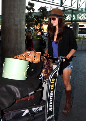 Nina arriving@LAX Airport (30/5/2010)