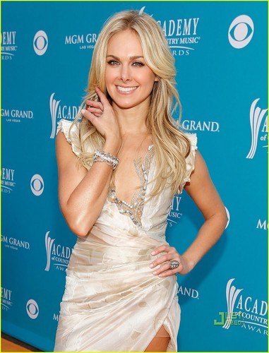 Laura klok, bell Bundy - ACM Awards 2010 Red Carpet
