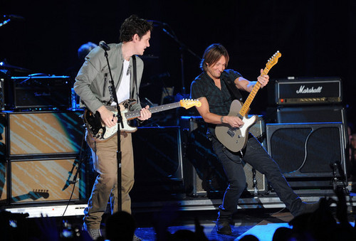 Keith Urban performs onstage at the 2010 CMT muziki Awards