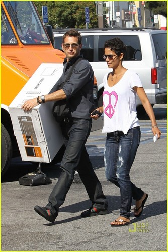 Halle Berry: Everything But The रसोई, रसोईघर Sink
