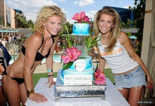 2010-07-17 Birthday Celebration With Kellan Lutz At Wet Republic