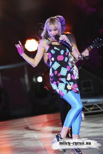 Hannah Montana performing Best of Both Worlds at the 3 Season Concert