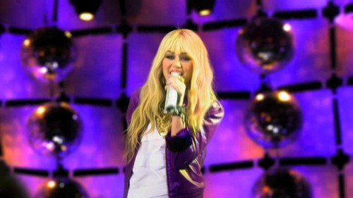 Hannah Montana performing Best of Both Worlds in the Season 4 concierto