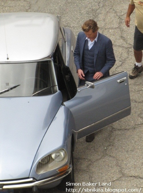 Simon Baker on set filming season 3 of The Mentalist