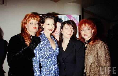 Ashley, Wynonna, and Naomi Judd in August 1998 (4)