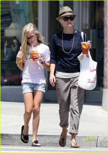 Reese Witherspoon & Ava Phillippe: Iced чай Time!