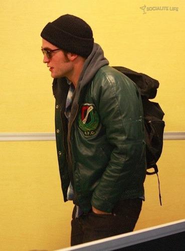 Even 더 많이 of ROBERT PATTINSON & KRISTEN STEWART LEAVING VANCOUVER - 10/29/09