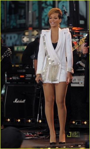 rihanna performs on Good Morning America