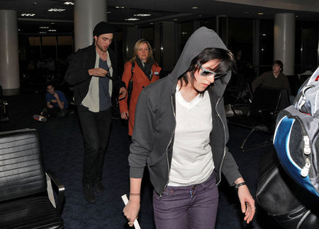 Rob & Kristen arriving back in LA (nov 23)