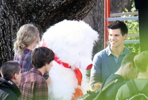 New các bức ảnh of Taylor from the set of 'Valentines Day'