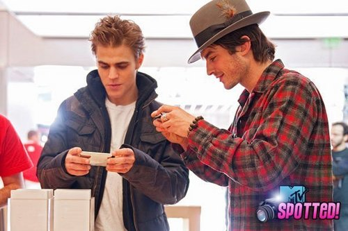 Vampire Diaries Stars Stop by the яблоко Store