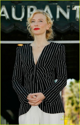 Cate Gets Her 별, 스타 on Walk of Fame