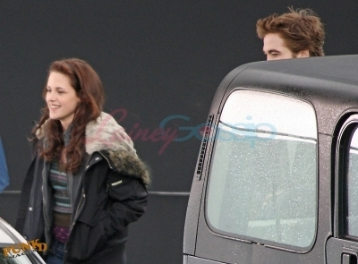 Kristen and Robert behind the scenes of New Moon