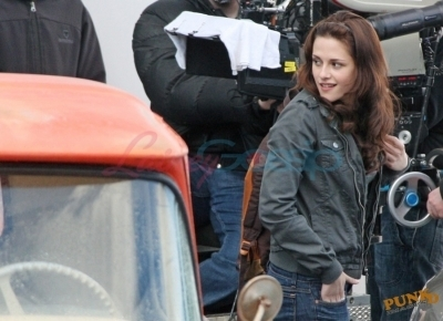 Kristen behind the scenes of New Moon