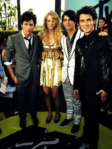 JOnas brothers and taylor
