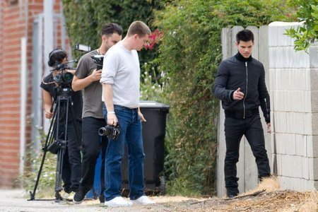 Taylor Lautner at a 照片 shoot in Los Angeles