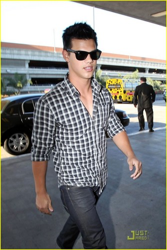 taylor lautner leaves lax