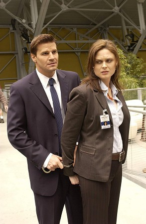 """Bones"" Season 1 - Pilot HQ Episode Still+Behind The Scenes"