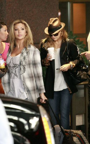 Kate Hudson arriving in Seattle (August 15).