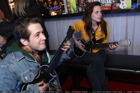 Kristen and Michael having some fun playing গিটার Hero!
