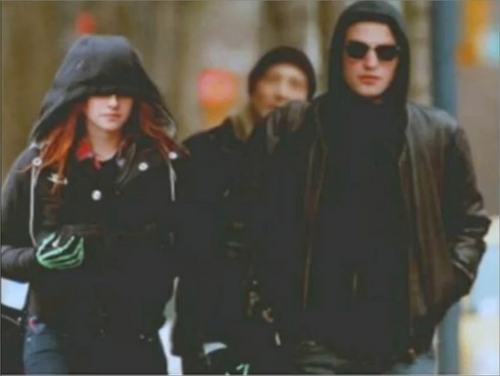 Are Rob And Kristen Really Holding Hands!? OME!